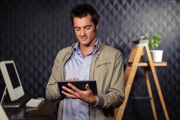 Creatieve zakenman die tablet gebruikt