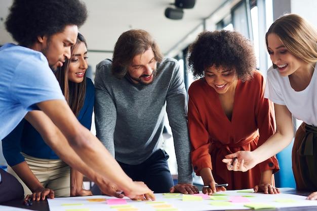 Creatieve zakenmensen plannen met zelfklevende notitie