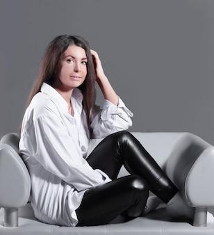 Creatieve zakenvrouw zittend op bureaustoel