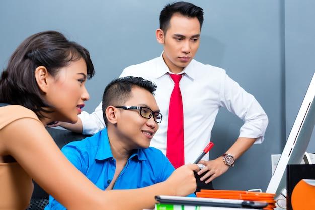 Creative business asia, teamvergadering op kantoor