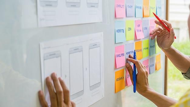 Creative web designer planningsapplicatie en ontwikkeling van sjabloonlay-out, framework voor mobiele telefoon. gebruikerservaring (ux)