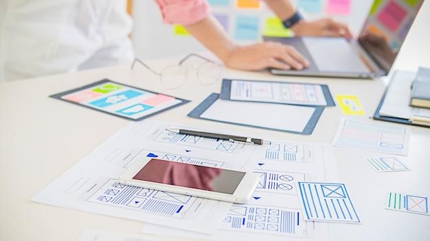 Creative web designer-planningstoepassing en het ontwikkelen van sjabloonlay-out, framework voor mobiele telefoon.