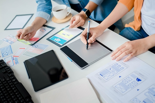 Creative web designer-planningstoepassing en het ontwikkelen van sjabloonlay-out, kader voor mobiele telefoon. gebruikerservaring (ux) concept.