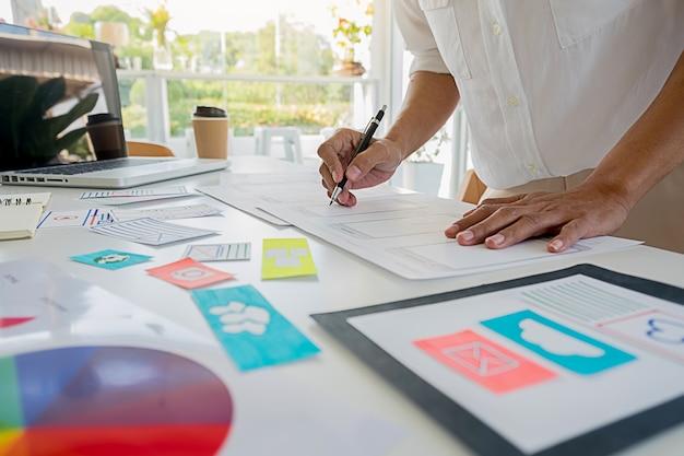 Creative web designer-planningstoepassing en het ontwikkelen van sjabloonlay-out, raamwerk voor mobiele telefoon. gebruikerservaring (ux) concept.