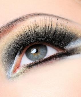 Creativiteit goudbruine moderne make-up met lange wimpers
