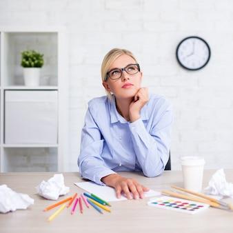Creativiteit idee inspiratie vrouw met borstels en kleurrijke potloden die ergens aan denken