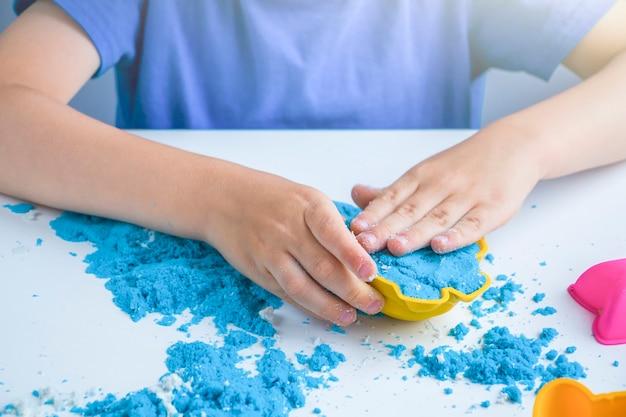 Creativiteit van kinderen. kinetische zandspellen voor de ontwikkeling van kinderen thuis.