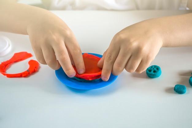 Creativiteit van kinderen. plasticine modellering voor de ontwikkeling van kinderen thuis