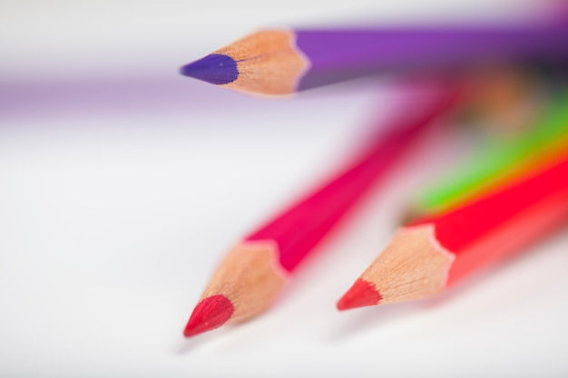 Creativiteit witte achtergrond potloden papper kleurrijke