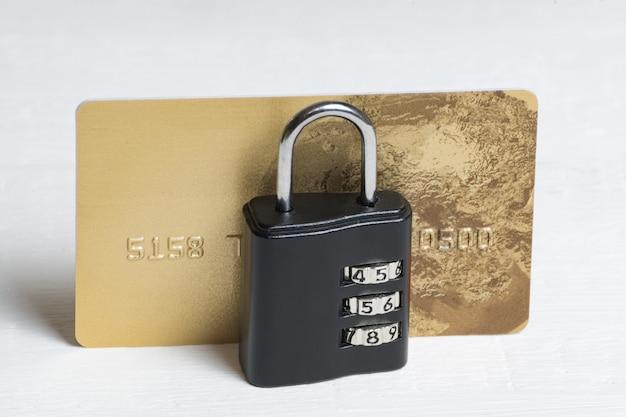 Creditcard achter slot en grendel. financiële zekerheid. veilige betalingen. , vooraanzicht