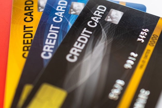 Creditcard die op witte achtergrond wordt geïsoleerd