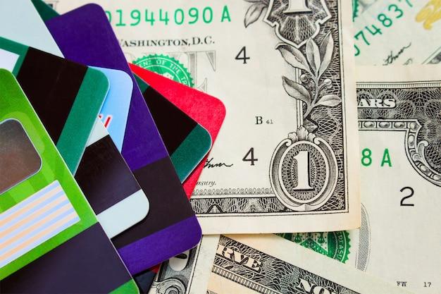 Creditcard en dollars op hout