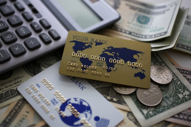 Creditcard en rekenmachine liggend op grote hoeveelheid amerikaans geld