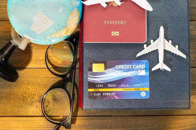 Creditcard en vliegtuigmodel op houten tafel, voorbereiding voor reizen concept travel