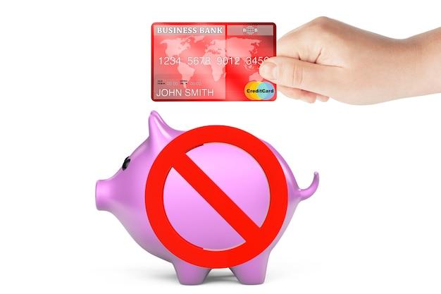 Creditcard in de hand met spaarvarken en verbodssymbool op een witte achtergrond