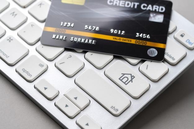 Creditcard met pictogram op toetsenbord