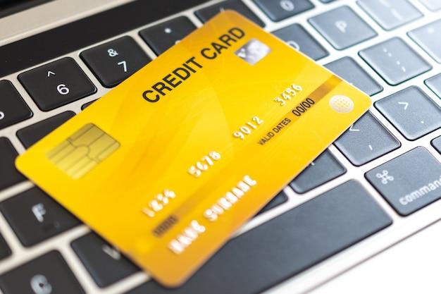 Creditcard op een computertoetsenbord. internet aankoop concept