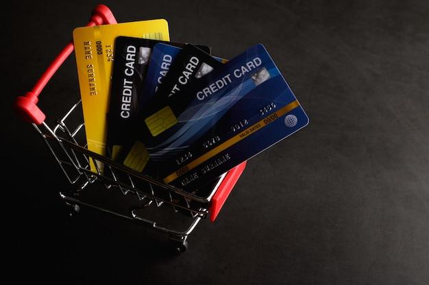 Creditcard op het winkelwagentje geplaatst om het product te betalen