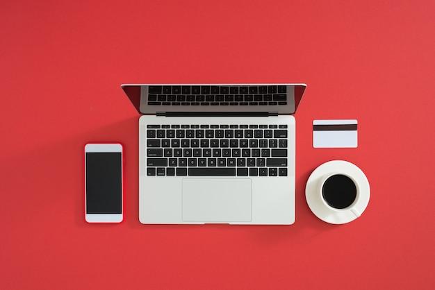 Creditcard, toetsenbord en kerstcadeaus op grijze tafel plat leggen, kopieer ruimte.