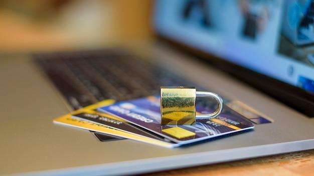 Creditcard veiligheidsconcept, creditcard met hangslot