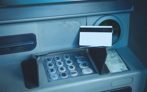 Creditcard zittend op een pinautomaat