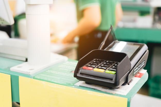 Creditcardbetaling, kopen en verkopen van producten en service in het winkelcentrum.