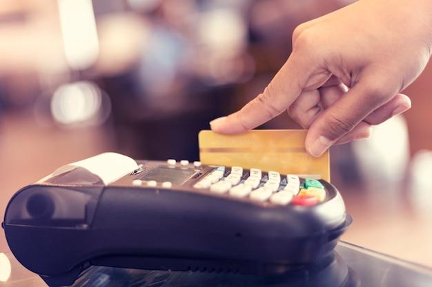 Creditcardbetaling voor het winkelen in koffiebar