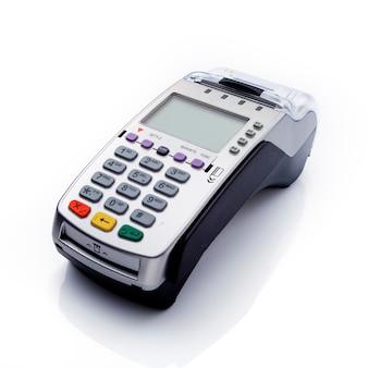Creditcardlezer op witte achtergrond wordt geïsoleerd die. kopieer ruimte voor tekst, uitknippad