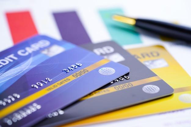 Creditcardmodel op grafiek en grafiekspreadsheetpapier.