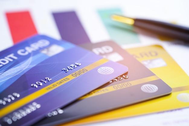 Creditcardmodel op ruitjespapier en pen.