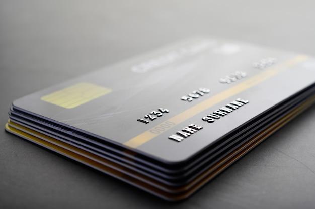 Creditcards die netjes op elkaar zijn gestapeld