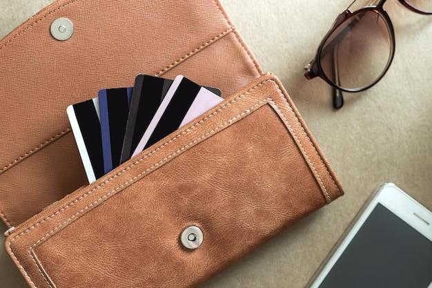Creditcards in de portefeuille met mobiel