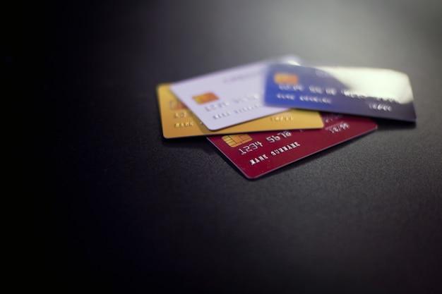Creditcards op zwart oppervlak