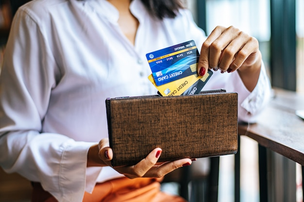 Creditcards uit een bruine tas accepteren om goederen te betalen