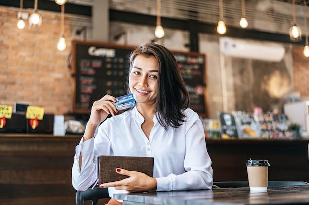 Creditcards van een bruine tas accepteren om goederen voor koffiebestellingen te betalen.