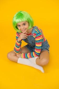 Creëer een nieuwe look in de salon. gelukkig meisje met schoonheidslook. klein kind draagt een groene haarpruik in een mooie stijl. schoonheids- en kapsalon. mode salon. salon of salon. kleur en style haar met creativiteit.