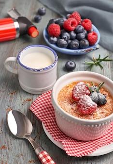 Crème brulee met frambozen, bosbessen en rozemarijn met ingrediënten