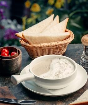 Crème champignonsoep op de tafel