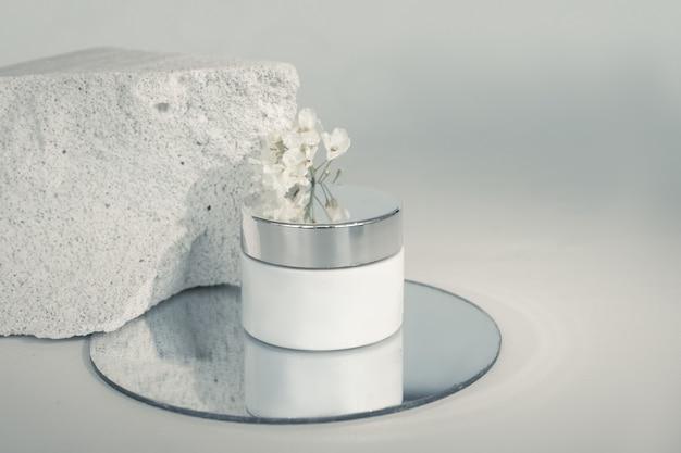 Crème doos op beton poreuze structuur van beton wordt geassocieerd met textuur van de menselijke huid.