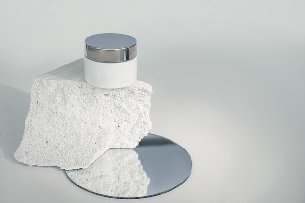 Crème doos op stuk beton in snede. poreuze structuur van beton