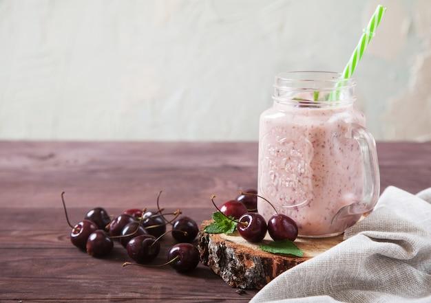 Crème en kersensmoothie, bestrooid met kersenbessen
