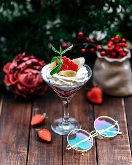 Crème gegarneerd met verschillende soorten fruit