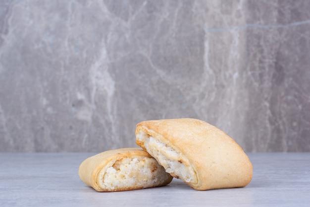 Crème gevulde koekjes op marmeren tafel.