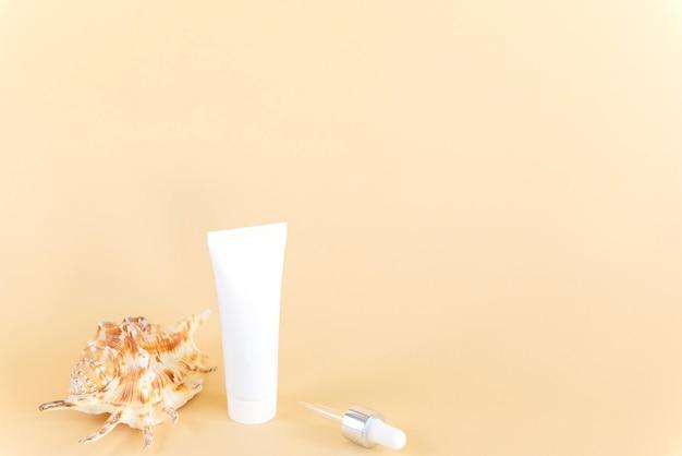 Crème in een plastic buisje met een schaal en een pipet