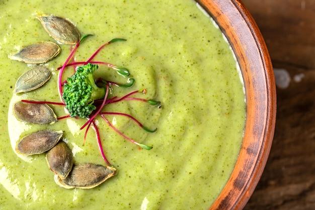Crème van broccolisoep met microgreen, pompoenpitten