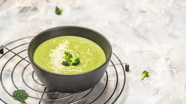 Crème van groene groentesoep. schoon eten, diëten, veganistisch, vegetarisch