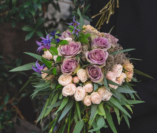 Crèmekleur en paarse set bloemen, bloemkunst Gratis Foto