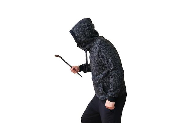 Crimineel met koevoet geïsoleerd op een witte achtergrond. rover in donkere hoodie. .
