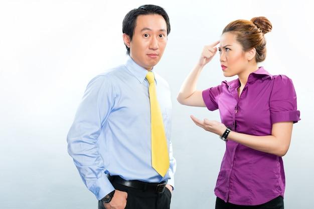 Crisis in aziatisch bedrijfsbureau onder collega's