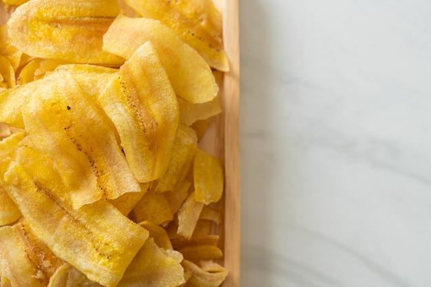 Crispy banana chips - gebakken of gebakken gesneden banaan